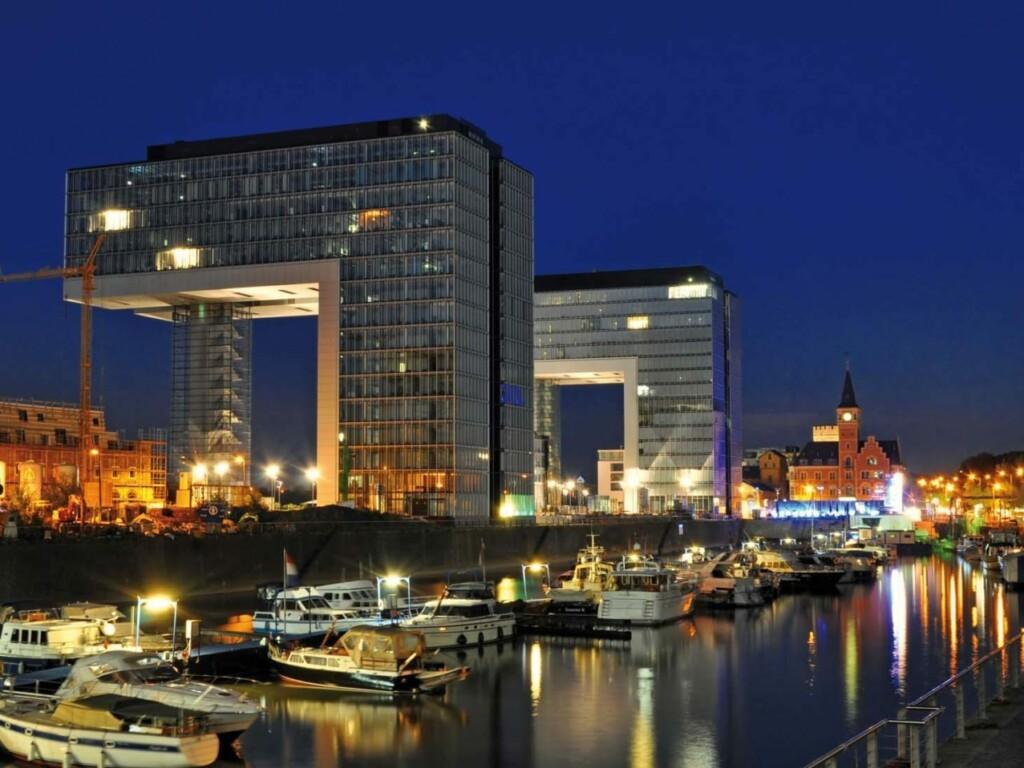 Kranhäuser Köln bei Nacht auf deren Terrassen MYDECK WPC verlegt ist