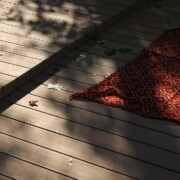 Stimmungsvoller Ausschnitt einer Terrasse im Schwimmbad mit WPC Dielen