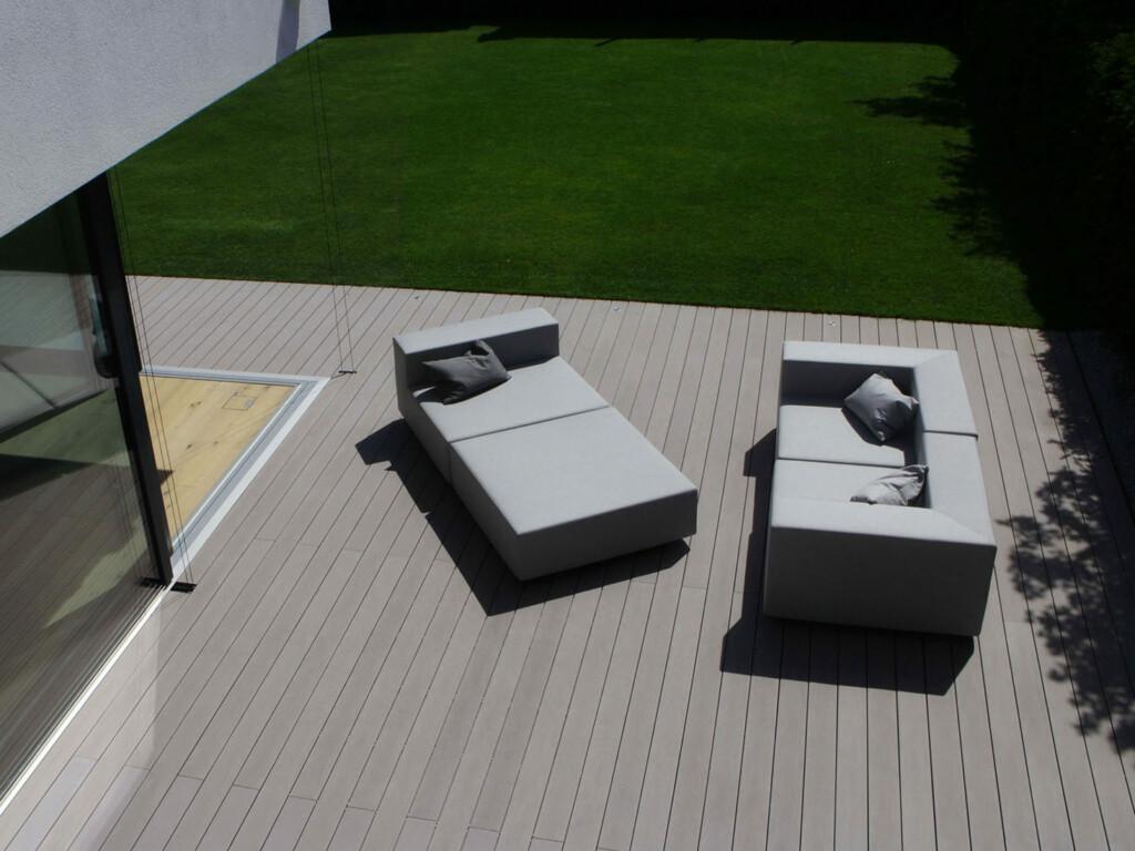 WPC Terrassendielen in grau auf Terrasse (Vogelperspektive) mit modernen Gartenmöbeln