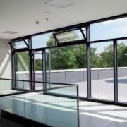 Atrium einer Schule mit moderner Architektur WPC Dielen