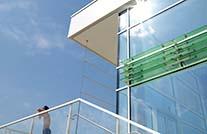 Moderne Glassfassade des Auebads Kassel