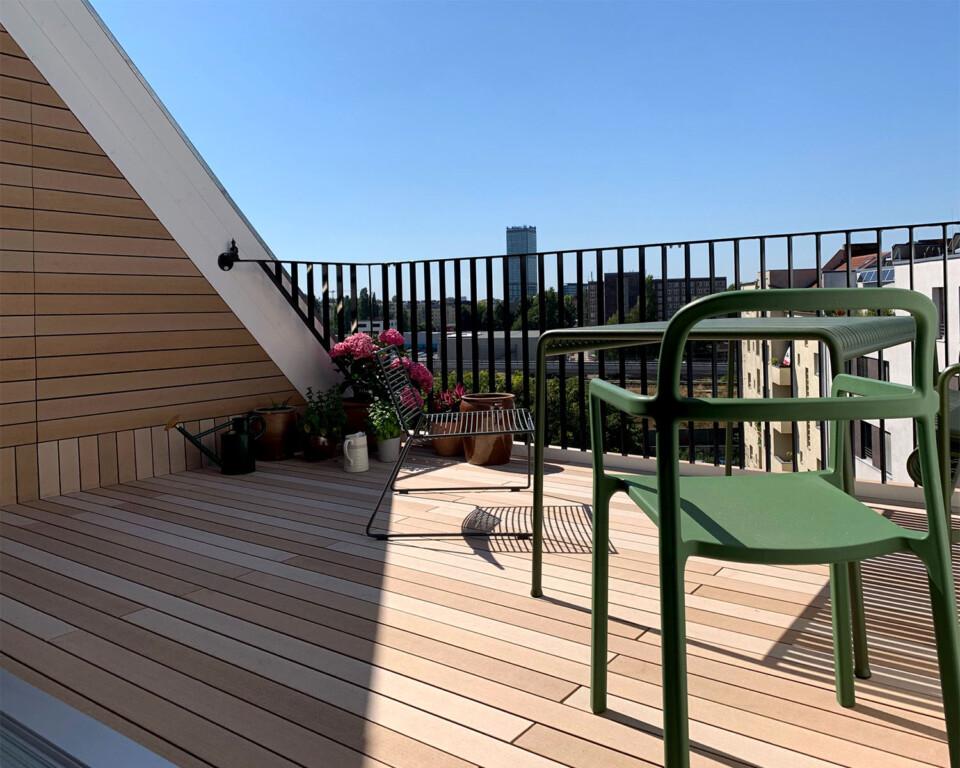 Balkonestaltung modern mit WPC Balkonbelag in hellem braun von MYDECK