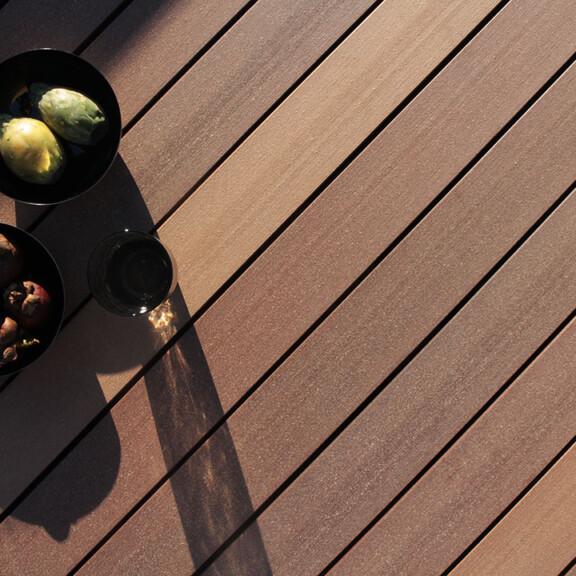 Hochwertige mehrfarbig braune WPC Massivdielen aus Holz und Kunststoff (Moodbild)