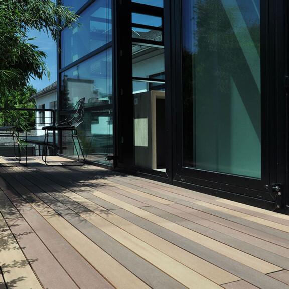 Der Balkonbelag besteht zu ca. 60% aus nachhaltigem Holz, die Optik ist von Bangkirai inspiriert