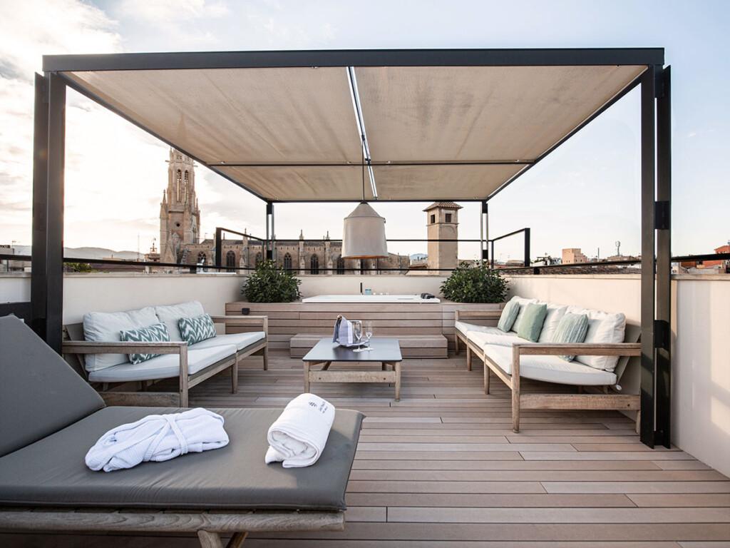 Idee für Balkon mit WPC Dielen in sandbraun, outdoorsitzecken, Sonnensegel, Whirlpool
