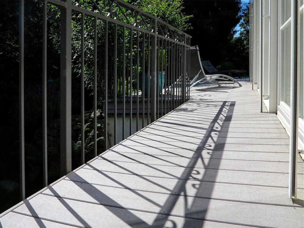 Balkonboden aus WPC Dielen in grau ohne streichen wetterfest auf Balkon mit Metallgeländer