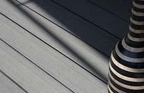 Balkonboden wpc aus grauen WPC Dielen als Detailausschnitt