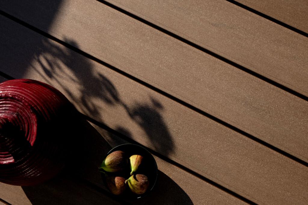 Dunkelbraune WPC Balkonbretter mit glatter Oberfläche für den Balkon (Detailaufnahme)