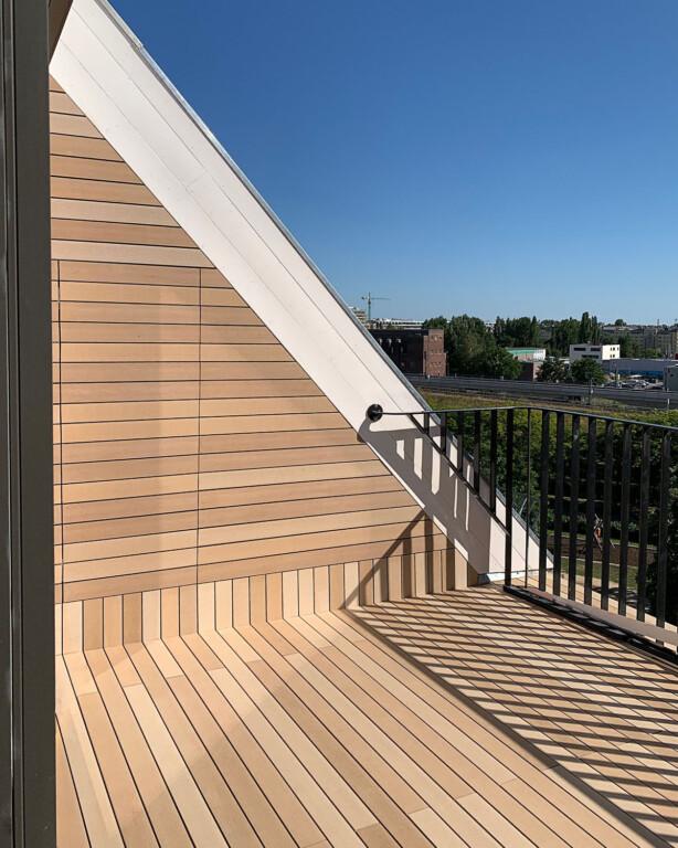 Helle WPC Balkondielen auf kleinem Balkon, Inspiration mit hinter Dielen versteckter Tür