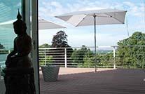 Balkongestaltung mit wpc Terrassendielen auf moderner Penthouse Terrasse