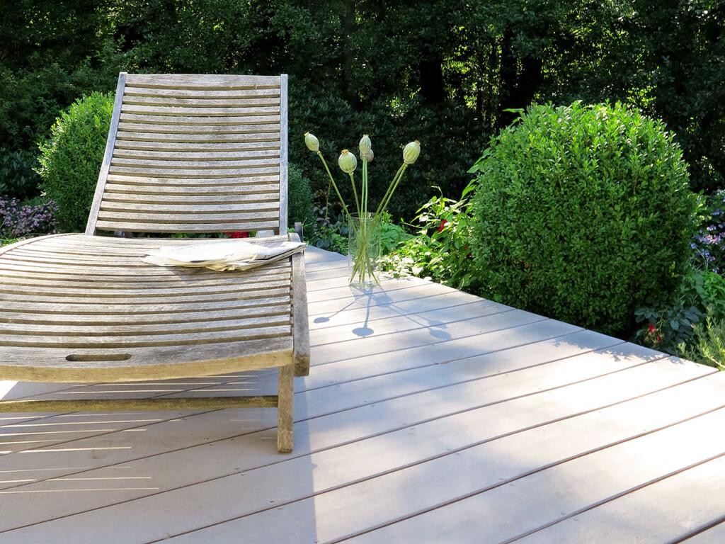 Graues Balkonholz in Premium Qualität auf leicht erhöhtem Balkon