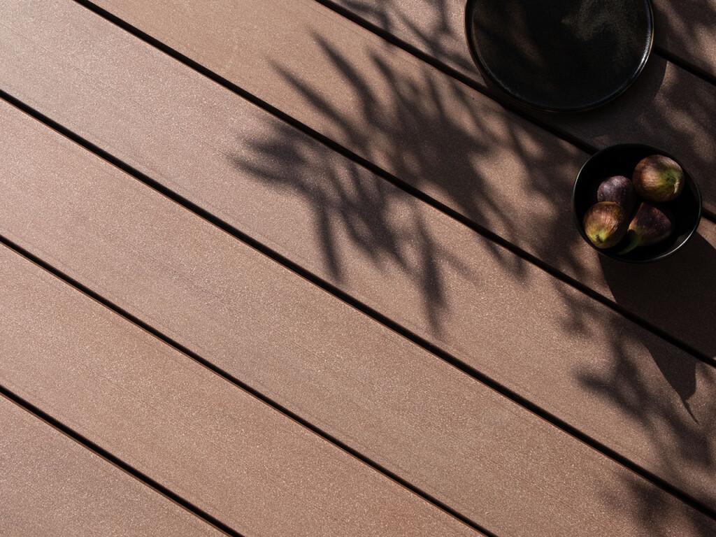 WPC Dielen im Holzton mit glatter Oberseite für Bootsstege und Steganlagen