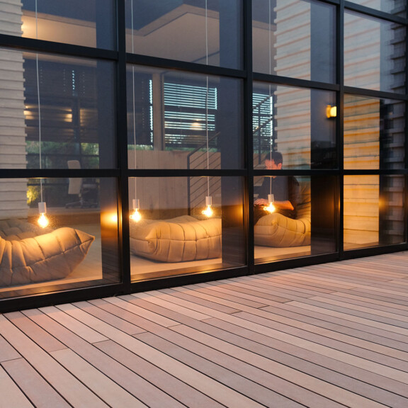 Holz und Polyethylen verbinden sich zu der modernen Form der Holzterrasse - modernes Ambiente