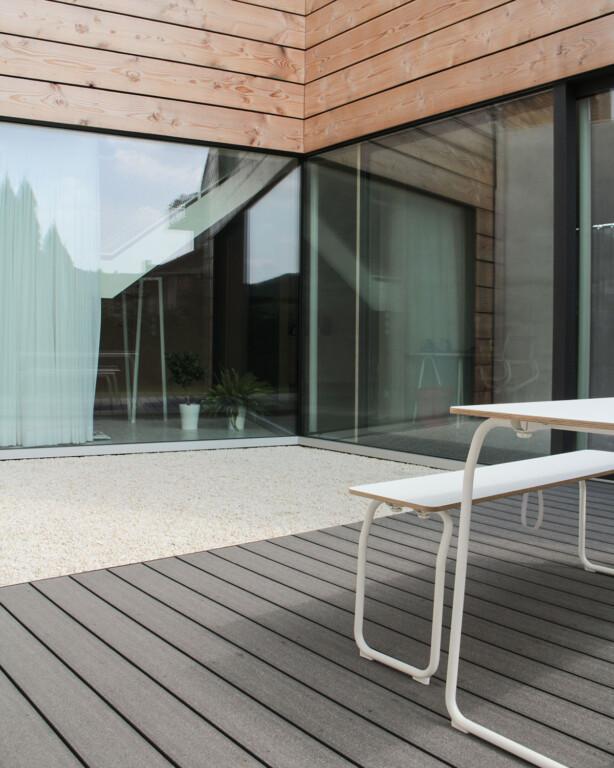 Nachhaltig und bildschöne Holzterrasse und moderne Fassade mit Glas und Holz