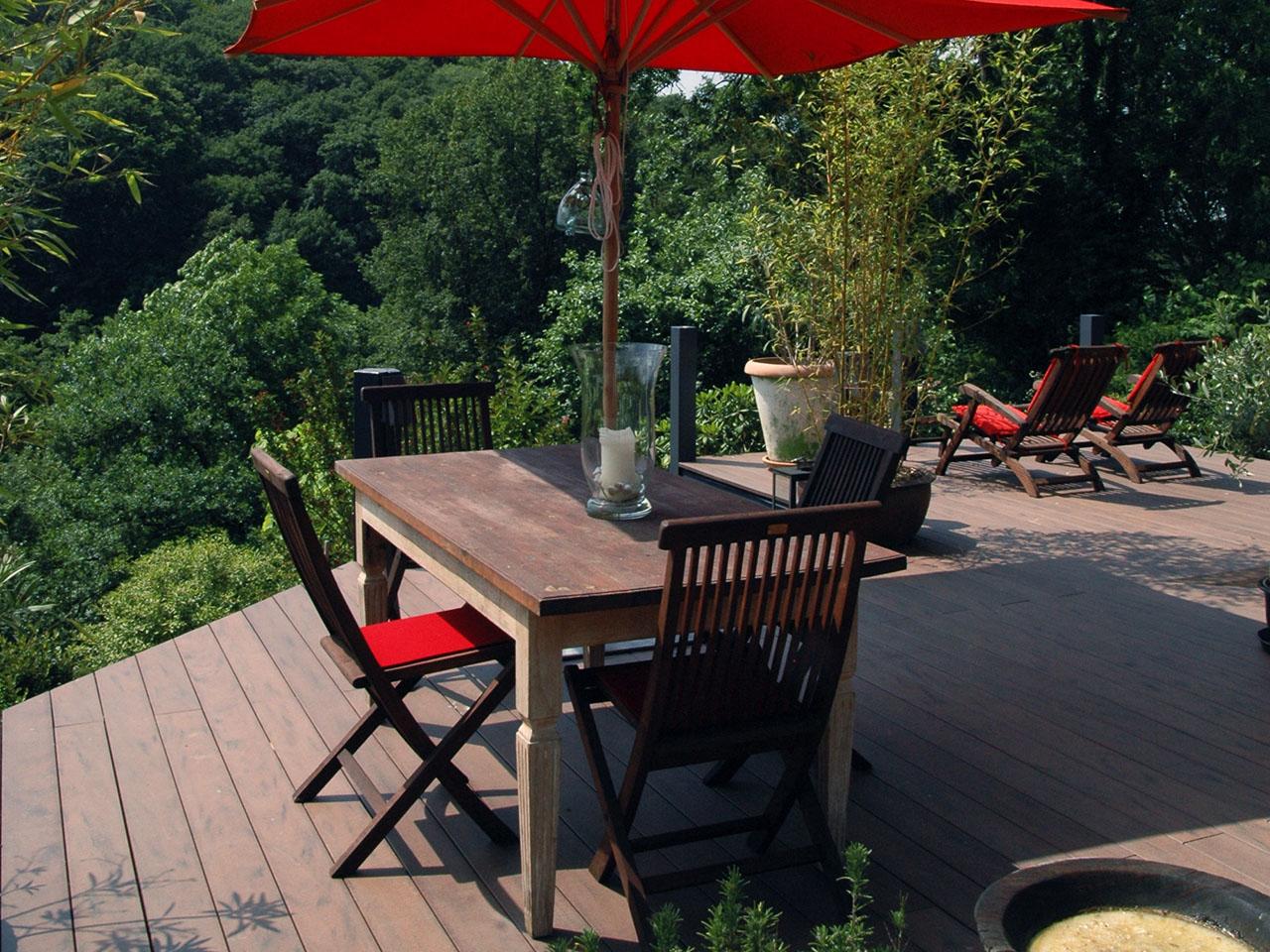 Balkondielen in dunkelbraun auf Terrasse mir mehreren Sitzgelegenheiten im Luxus Landhaus Stil