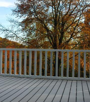 Besser als normale Holzterrassen sind Terrassen aus WPC - hier mit Blick auf Herbstlandschaft