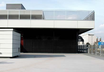 Kita mit Terrasse mit WPC Riffeldielen in grau und modernem Gebäude im Hintergrund