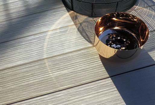 Premium Terrassenholz in hellem Design in der Aufsicht mit Kupferschale als Dekoration