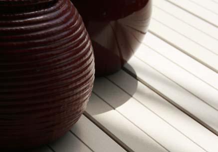 Close-up stilvolle Terrassendielen mit stilvoller Deko im modernen Asia Stil