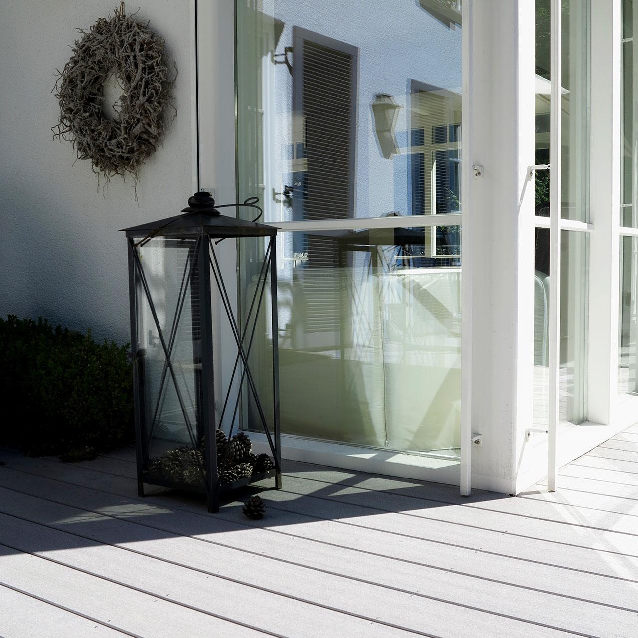 WPC Premiumholz der modernem Art auf Terrasse (Ausschnitt) mit Terrassengestaltung im Landhausstil