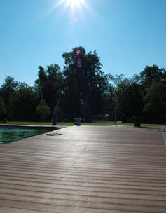 Vollprofile von MYDECK auf Schwimmsteg bei Sonneschein mit Blick ins grüne Gelände