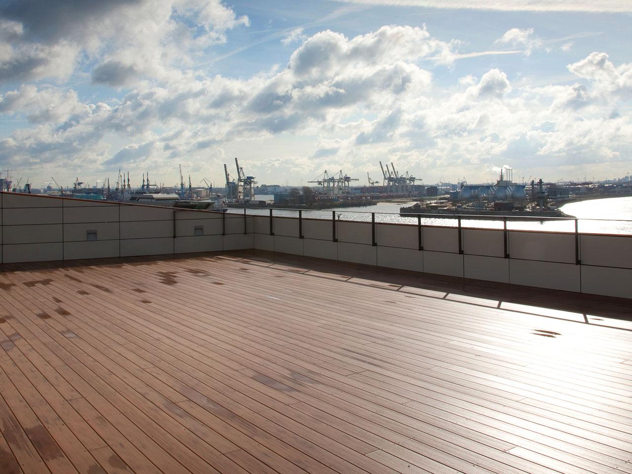 Wetterfeste WPC Dachterrasse der Columbia Twins mit Blick auf den Hamburger Hafen