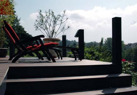 Blick auf Stufen mit WPC Vollprofil und Liegen mit Blick in die grüne Landschaft