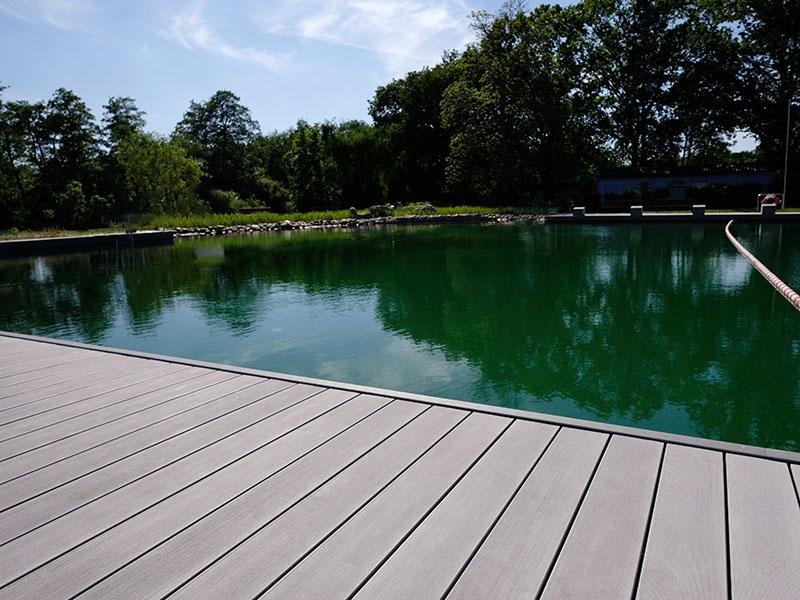 Naturteich mit WPC Terrasse mit graunen Massivdielen verlegt