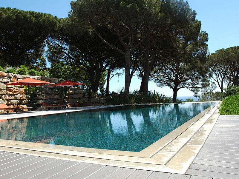 Pool mit grauen, glatten Terrassendielen aus WPC in mediterranem Ambiente