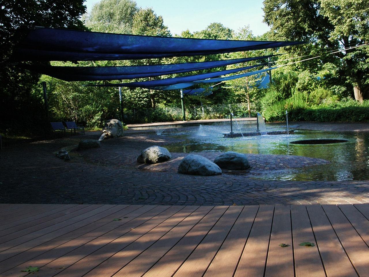Poolumrandungen aus WPC im Freibad in München mit Blick auf Kinderplanschbecken