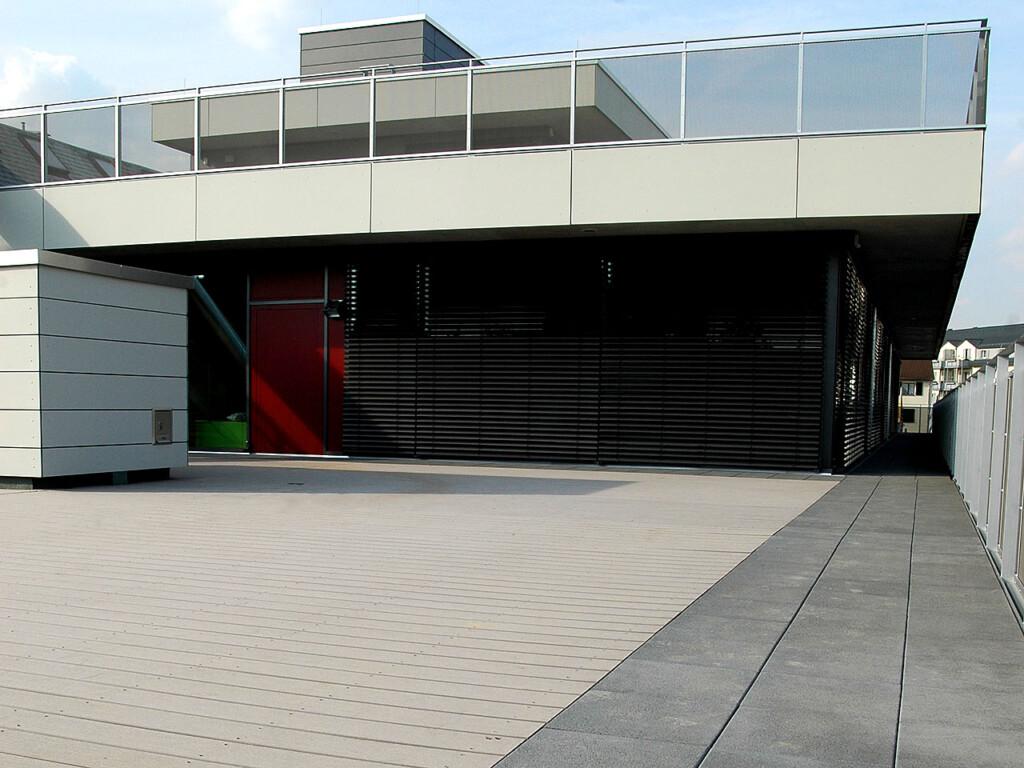 Graue Riffeldielen vor modernem Kita-Gebäude