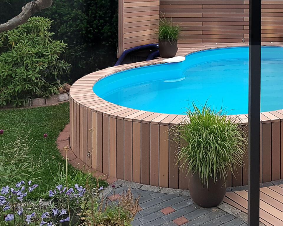 Poolumrandung aus WPC Dielen um Rundpool im Garten mit Verkleidung aus WPC Dielen