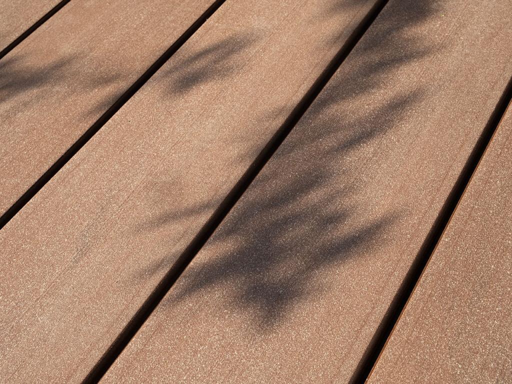 Die Barfußdielen aus Premium WPC mit glatter Oberfläche auf einem Schwimmsteg (Destailbild).