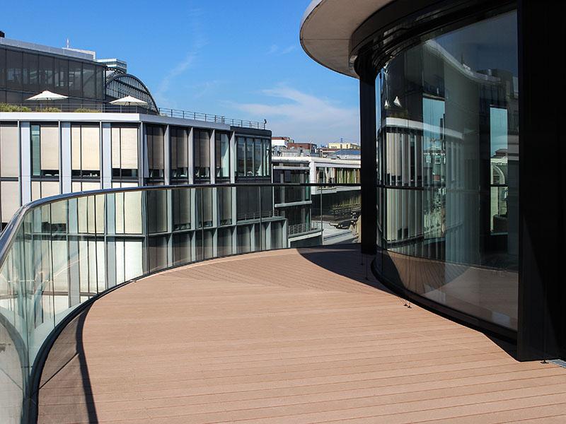 Brauner Holzboden aus WPC (Holz und Polytehylen) auf Terrasse mit geschwungener, runder Form