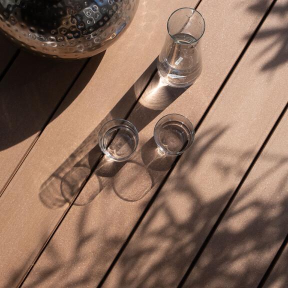 Holzfarbender Terrassenbelag mit Oberfläche in feinem Design auf Terrasse (Detailbild)