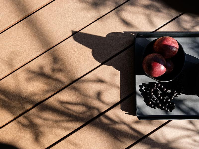 Braune Terrassenbretter WPC mit glatt gebürster Oberfläche und schraubenfreien Verlegung