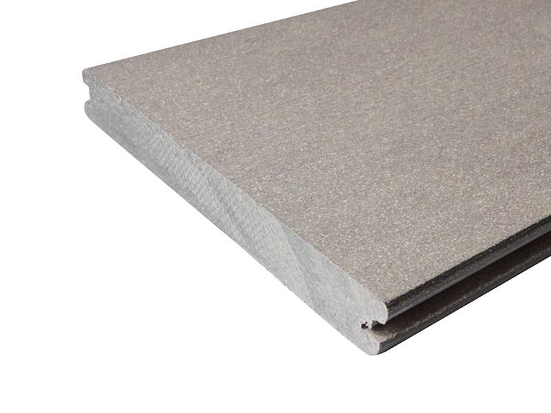 Breite, glatte und graue WPC Terrassenbretter im Querschnitt mit Nut