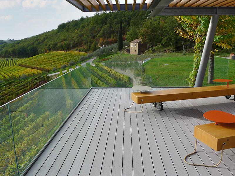 Terrasse mit grauen WPC Terrassenbrettern, Bänken für Kinder sowie Blick ins Grüne