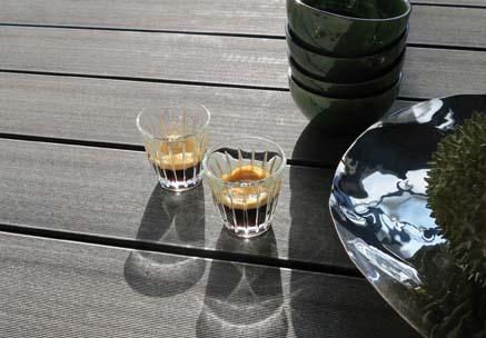 Moodbild mit Außendielen in dunkelgrau und Deko bei Sonneschein