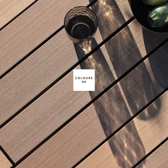 Braune Terrassendielen der Kollektion Colours auf der Terrasse