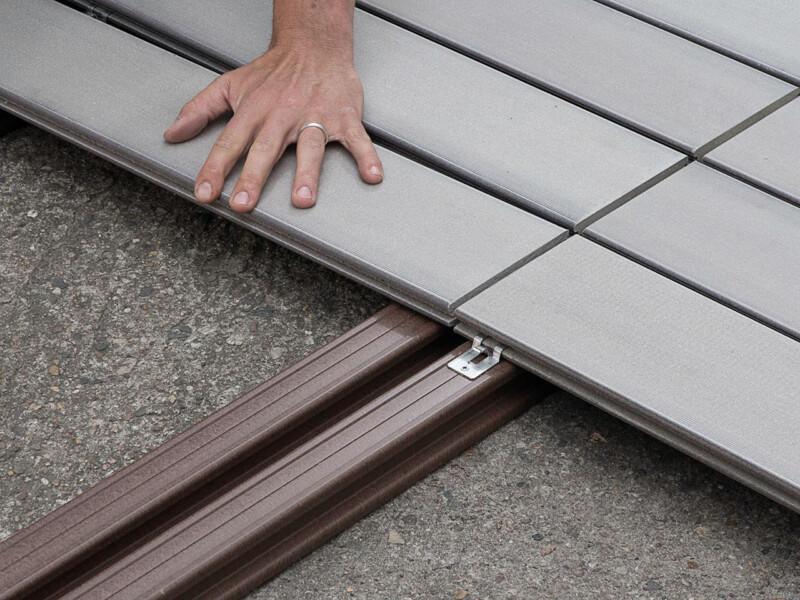 WPC Unterkonstruktion und WPC Dielen bei der Verlegung einer schraubenfreien WPC Terrasse
