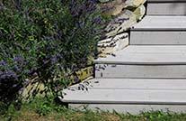 Terrassendielen Stufen aus WPC an mediterraner bepflanzung