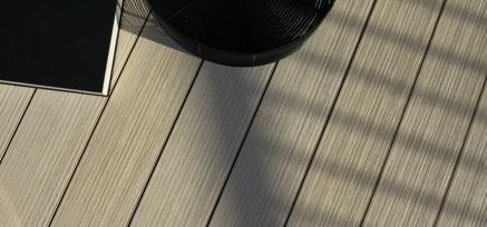 Verlegte Fläche mit PLEXIGLAS Wood - MYDECK Colour Edition von oben mit Deko