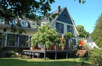 WPC-Aussenbohlen auf Terrasse von Haus im Landhaus Stil