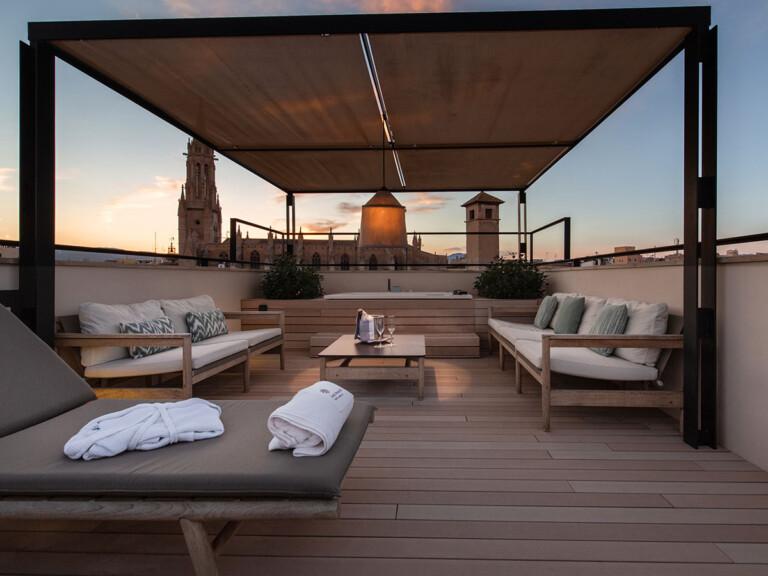 Hellbraune WPC Balkonbretter auf mediterranem Balkon mit moderner Atmosphäre bei Abendstimmung.