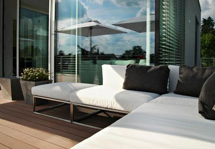 Moderne Design Dachterrasse mit Outdoorsofa und wetterfesten Terrassendielen
