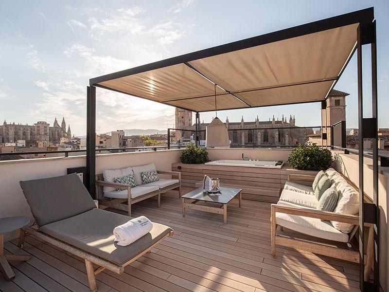 Massiver WPC Terrassenbelag auf kleiner Terrasse, Sitzecke mit Baldachin, Blick über die Stadt
