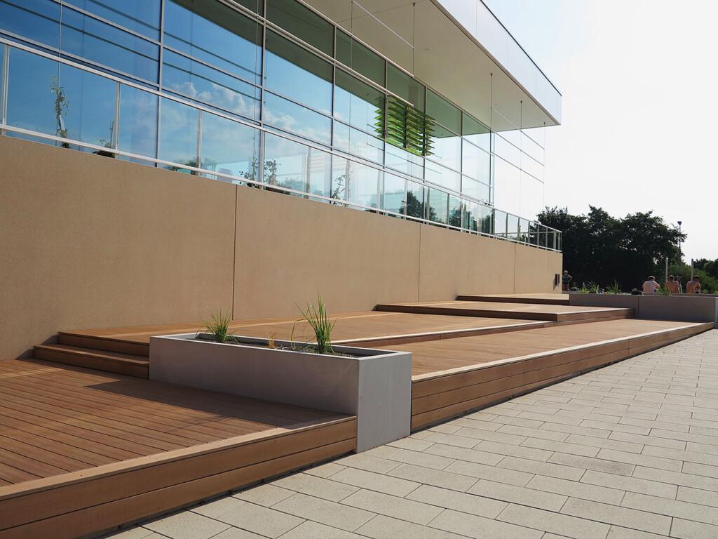 Liegefläche eines Schwimmbads in Kassel mit WPC Dielen von MYDECK