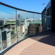 Beständige Terrassenbohlen aus WPC auf Hamburger Dachterrasse mit Glasgeländer