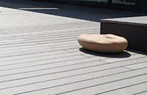 grau gemaserte barfußdielen auf einer terrasse